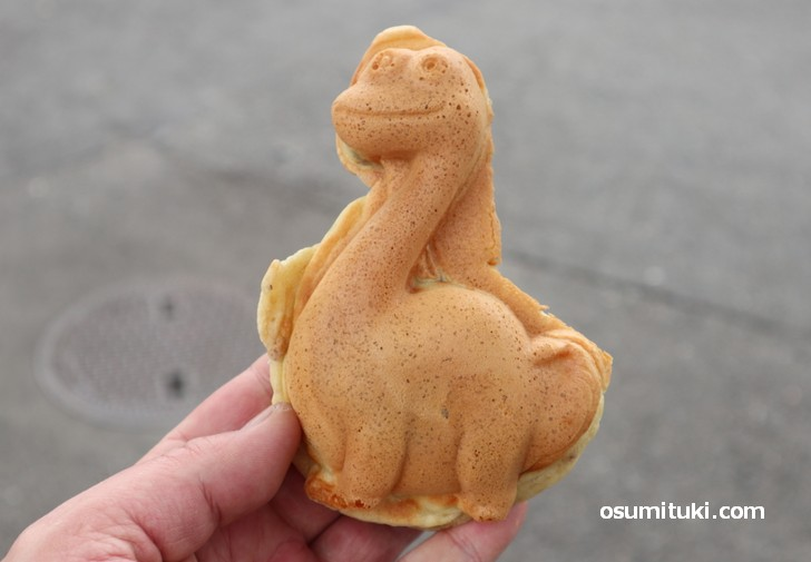 敦賀の新名物「恐竜焼き」は1個180円です