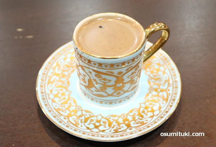 トルココーヒーにカルダモンなどのスパイスを加えた飲み物「オスマンコーヒー」