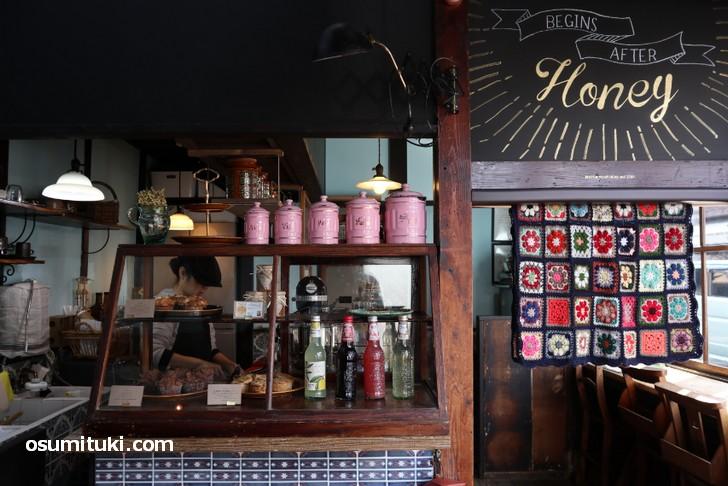 蜂蜜を使ったコーヒーと焼き菓子のカフェ「蜂蜜カフェ WATCH YOUR HEAD」