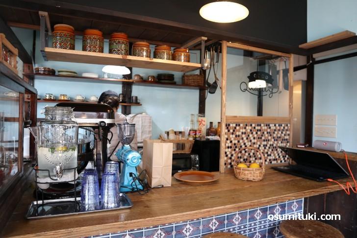暖簾の奥は小さなカフェスペース