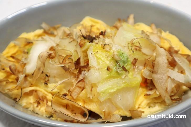 白菜漬けをとき卵と一緒に炒めてカツオ節をかけて食べます(漬物ステーキ)