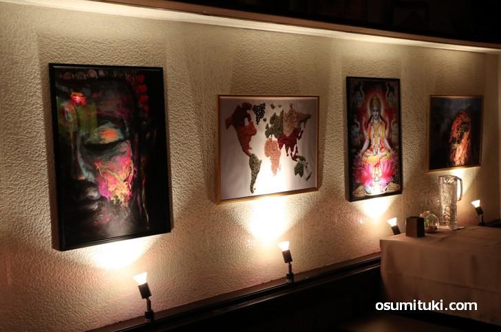 京都初スリランカスパイスカレーの店内、いろいろな絵が飾られています