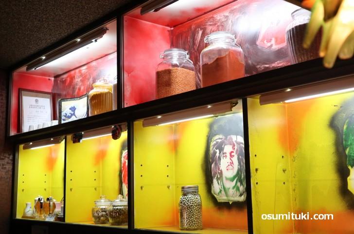 店内はカウンターのみで、スリランカのスパイスが棚に並んでいます