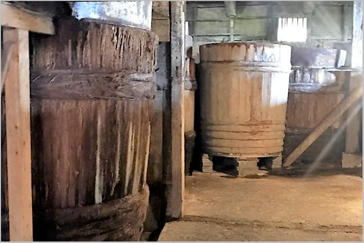 昔ながらの木桶で作られる醤油