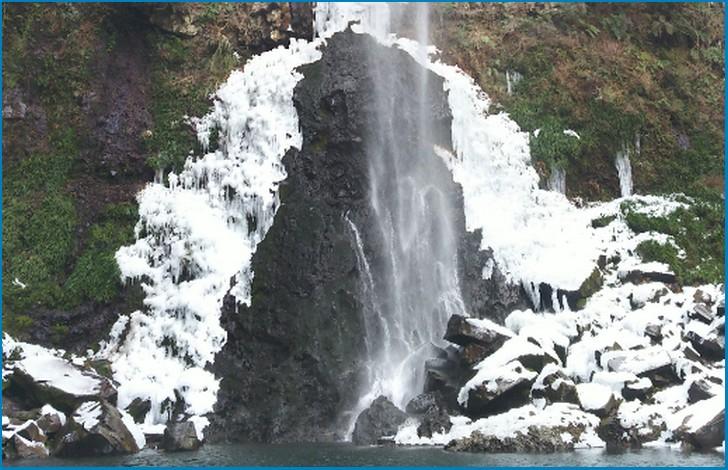 落差85m!東椎屋の滝(ひがししいやのたき)