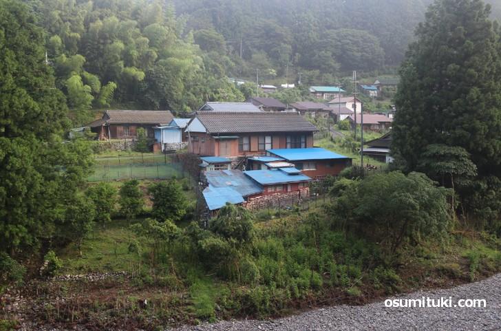 龍神村の集落、なぜか青い屋根の家が多い