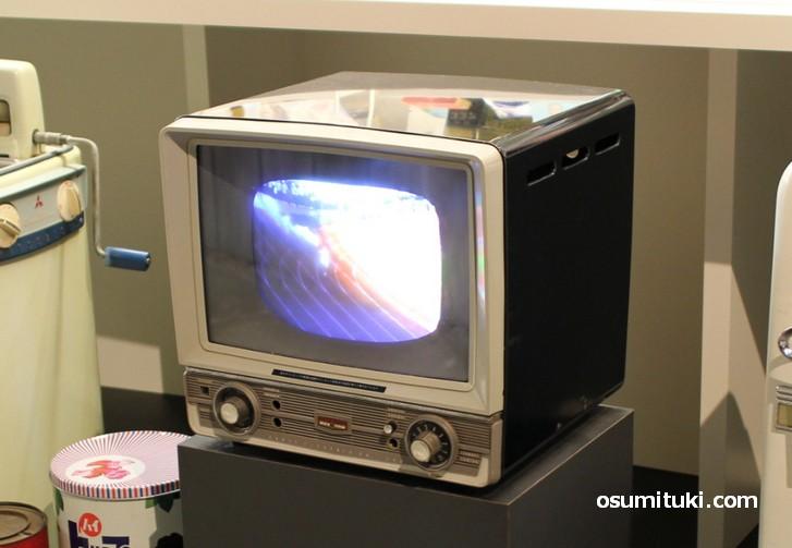 デザインがなんとなく斬新ですが古いテレビです