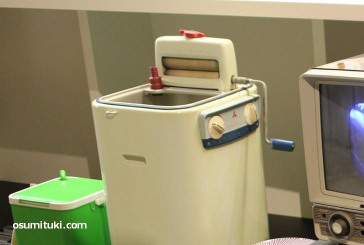 白い洗濯機は三菱製のもの