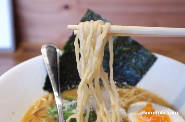 麺は太麺の縮れです
