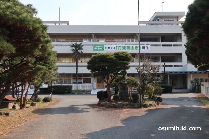 廃校となった福住小学校は「篠山市 多紀支所」になっています