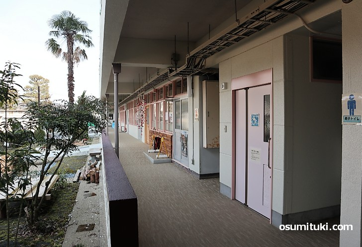 廃校となった福住小学校の教室は地域の方によりカフェや工房になっています