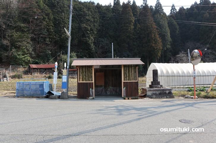 最寄りのバス停は「原山口バス停」です