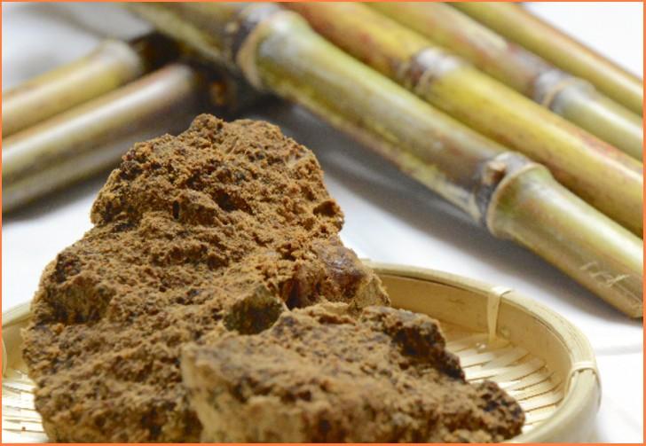 本来の含蜜糖はサトウキビを絞った黒砂糖(黒糖)のことです
