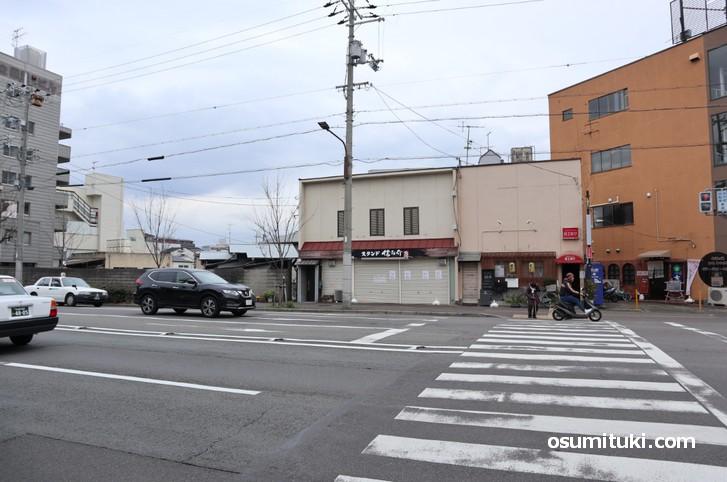 スタンド 信之助、西大路通沿いで円町駅から南へ徒歩5分の場所です