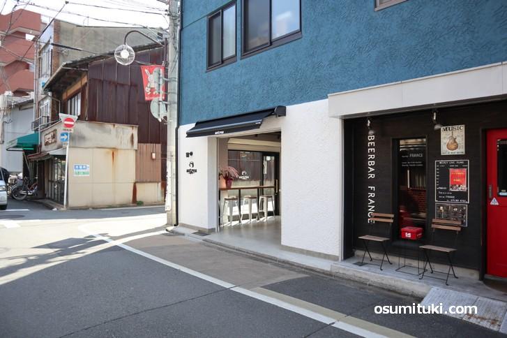 お店は松原通に面した開放的な造りになっています
