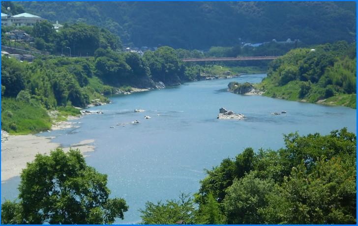 グランマキッチンえりこ の隣を流れる吉野川
