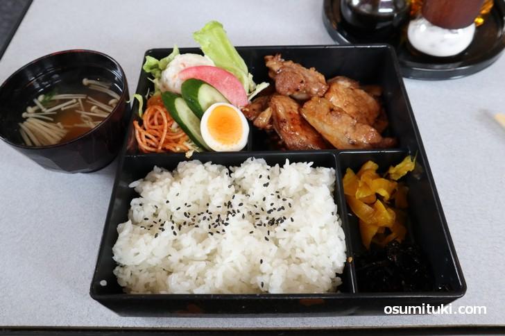 サービスランチ(生姜焼き定食)700円は肉厚です