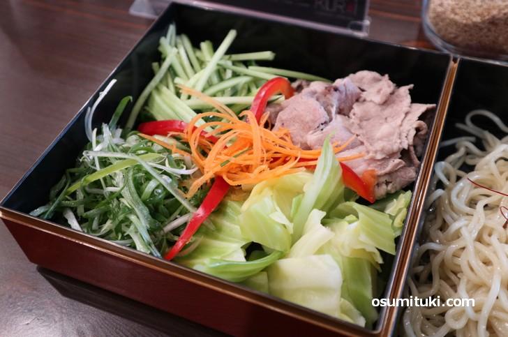 野菜たっぷりで麺量より多く盛られています