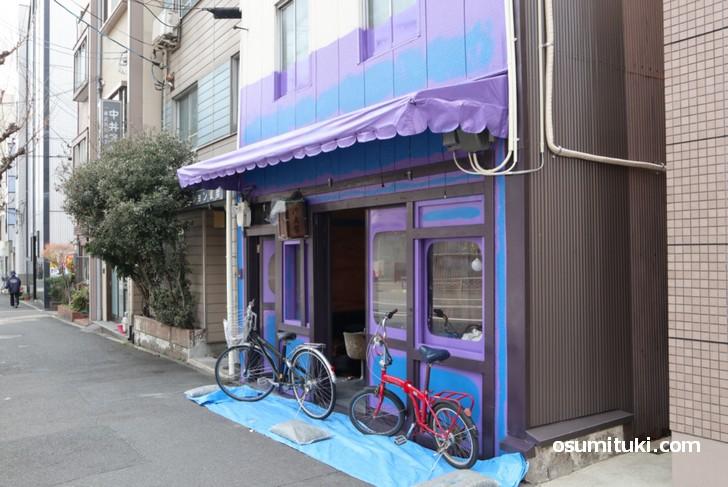 紫と青を基調にした怪しい感じの店舗デザイン