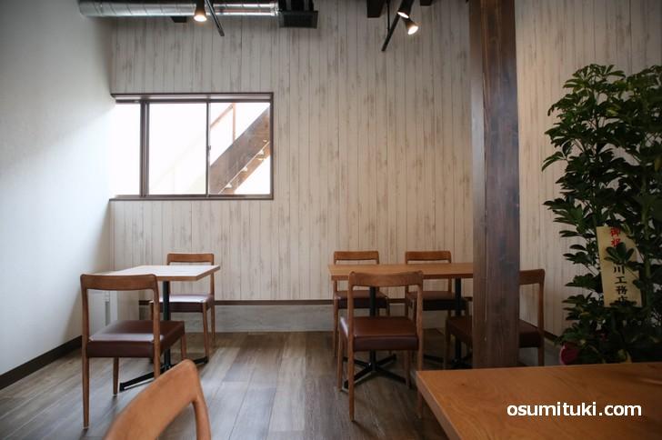 白木を基調にした広いカフェでゆっくりランチやスイーツをいただけます