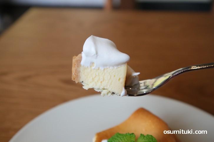 しっかりとした歯ごたえと味わいのチーズケーキが美味しい