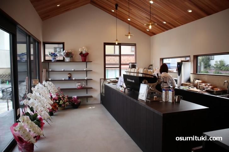 「エスプレッソ、カフェラテ、アメリカーノ」などのコーヒーが飲めるカフェ