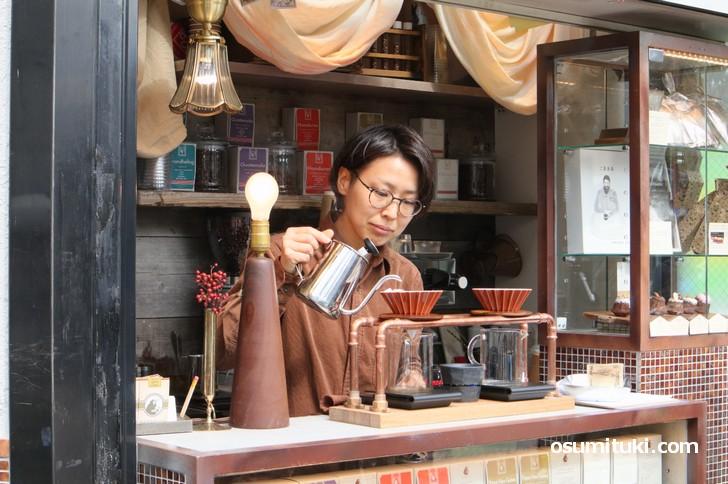 専属バリスタが入れる風味豊かなスペシャルティーコーヒー(写真掲載許可済)
