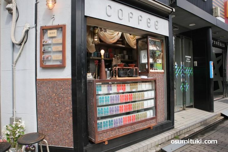 小さなタバコ屋に扮したコーヒースタンド「MAMEBACO」