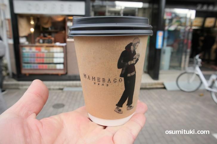 持ち帰りコーヒーのデザインも洒落ています(MAMEBACO)