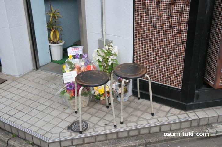 店舗の脇にある小さなイス(MAMEBACO)