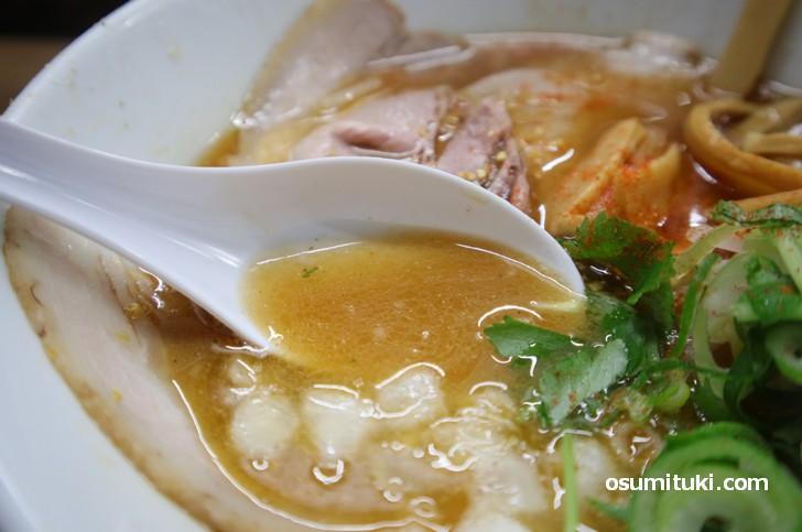 スープは醤油の旨味が感じられ、奥深くに出汁の風味が感じられます
