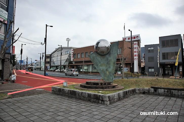 綾部駅南口の府道8号(福知山綾部線)を左折
