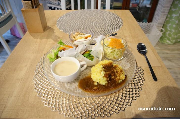 京町家サロンこいやま の日替わりランチは野菜中心で味付けにこだわりを感じます