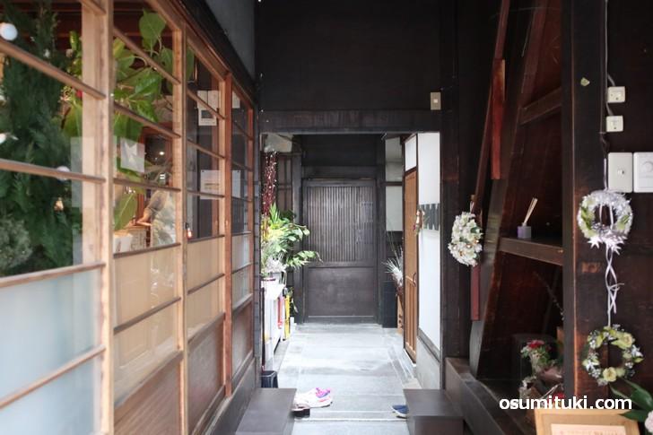 京町家の特徴的な「通りにわ」から座敷へとあがります
