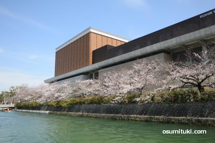 途中で南へ行くとロームシアター京都があります