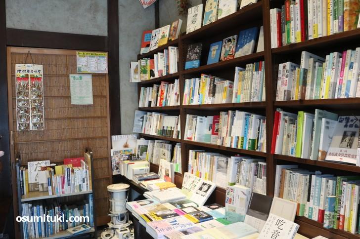 入口入って右側には多種多様な書籍が並びます