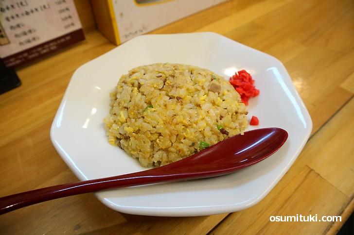 炒飯は玉子の味が強めのシットリなもの