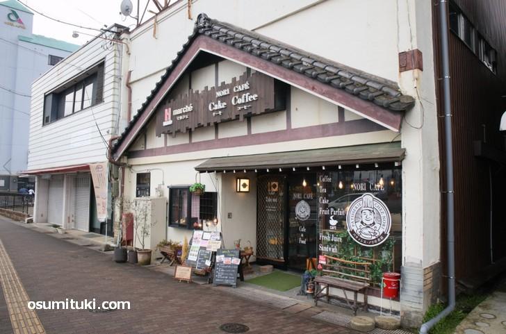 JR綾部駅の南口を出てすぐ右手にあるカフェです