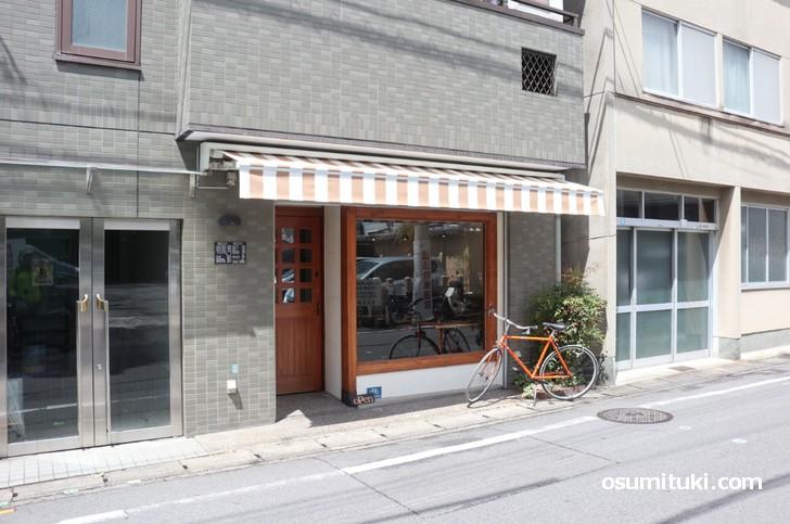 一乗寺の裏道で静かにオープンした食堂があります