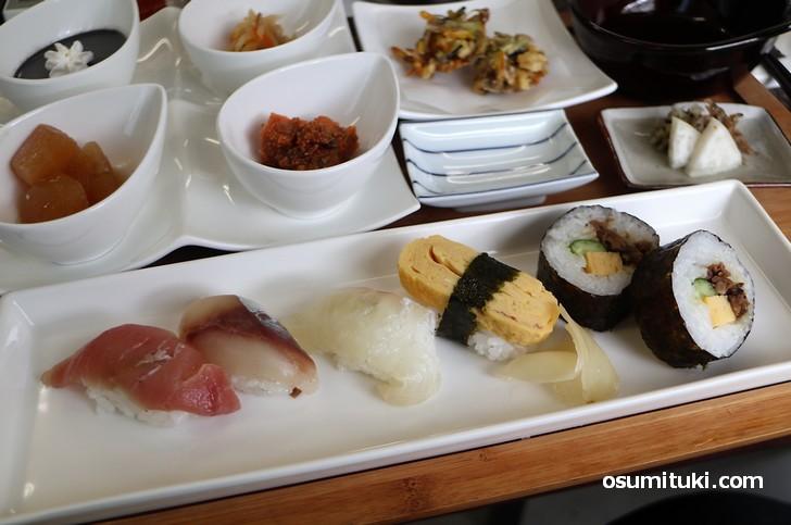 にぎり寿司4貫、巻きずし2個