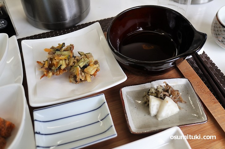 かき揚げに漬物の小皿