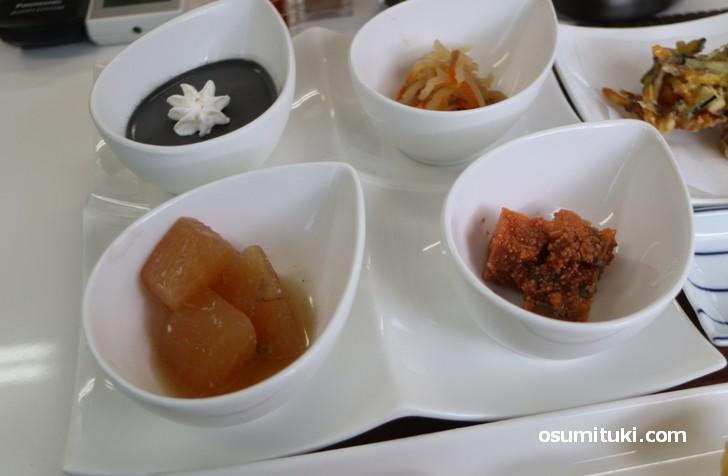 大根うま煮(手前左)、鯛かんろ煮(手前右)、千切り大根(奥右)、黒胡麻ムース(奥左)