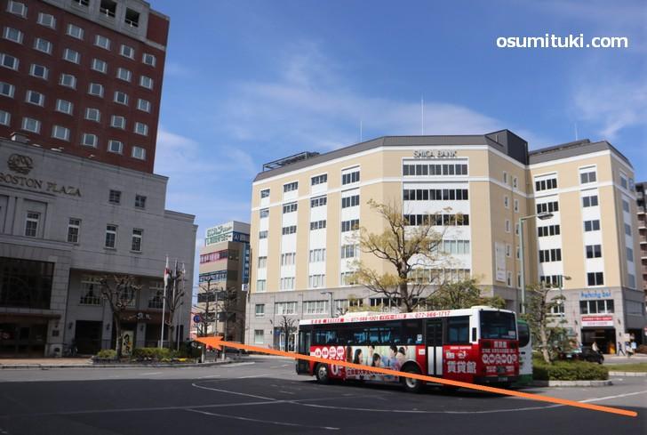 JR草津駅西口の道をまっすぐ、最初の交差点を左すぐ