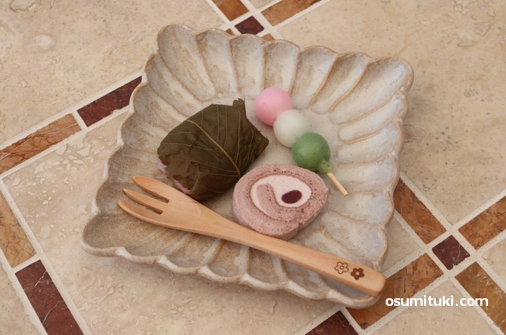 桜餅、三色団子、ロールケーキと抹茶のセットです