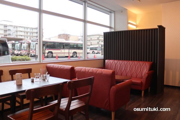 外にバスが見えるカフェ「cafe GROW Arashiyama」