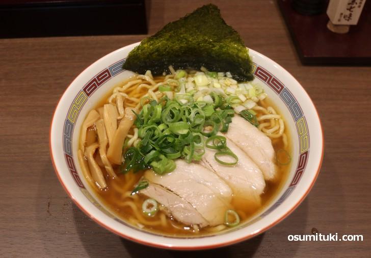 鶏中華そば(800円)はトッピング多めの鶏清湯ラーメンです