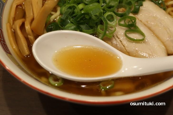 スープはシッカリと出汁がでたアッサリスープ