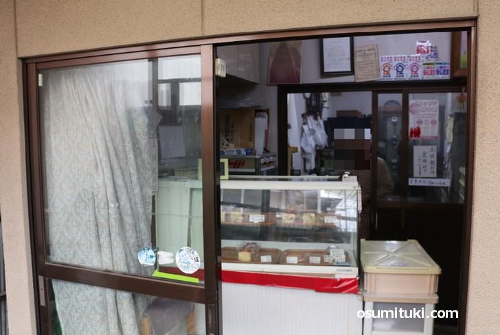 窓の中にはケーキ工房がありました