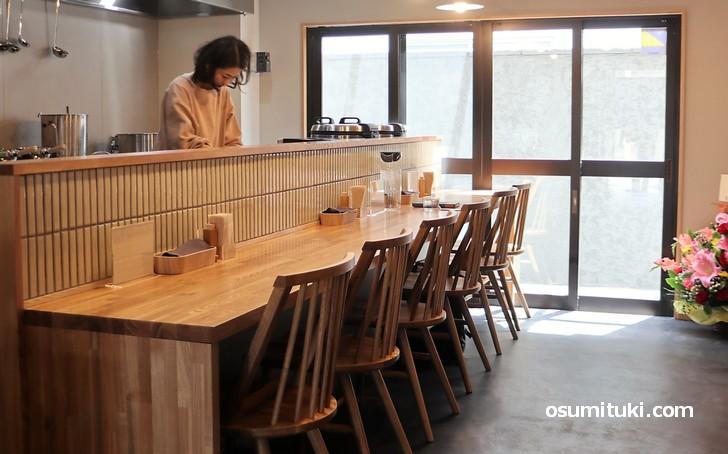 京都・岡崎のカレー店「和とcurry しらべ」の店内