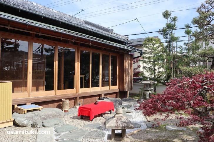 和庭園を眺めながらケーキやコーヒーなどをいただけます